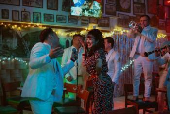Video: Mon Laferte y La Arrolladora estrenan 'Se me va a quemar el corazón