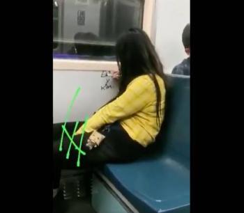 Surge Lady Rayones; la captan rayando vagón del Metro