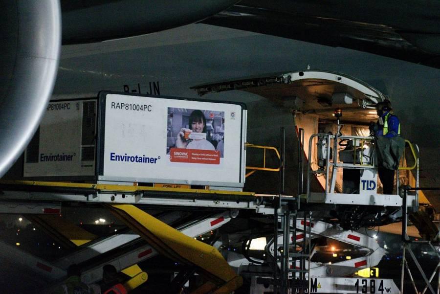 Llegan a México 800 mil vacunas contra COVID-19 de Sinovac