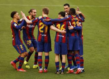 Barcelona triunfa ante Sevilla y se mantiene en la pelea por el liderato