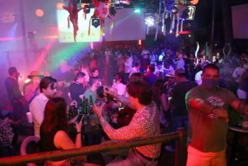 Reabren bares de Acapulco después de un mes