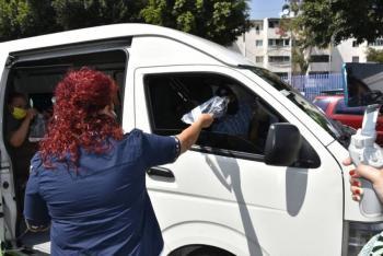 Iztapalapa reparte caretas a usuarios de transporte público