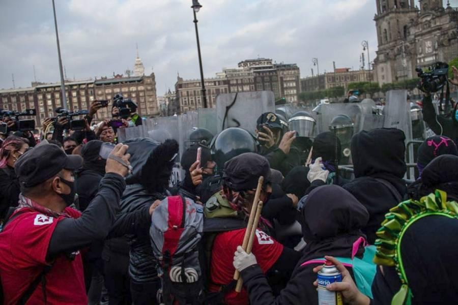 Feministas chocan con policías afuera de Palacio Nacional por caso Salgado Macedonio