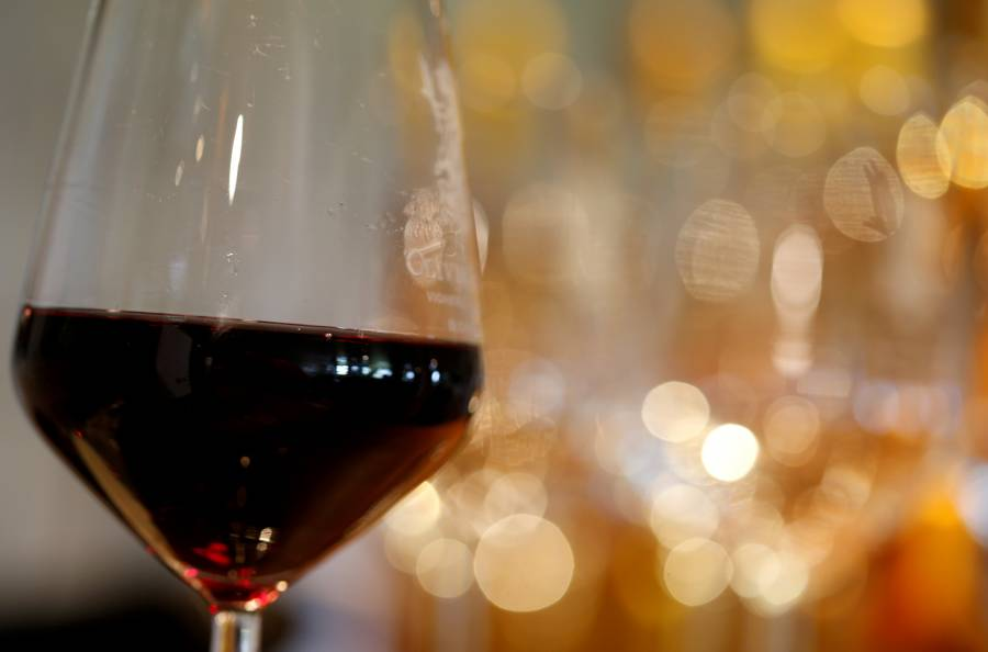 Copa de vino podría combatir el COVID-19, según estudio