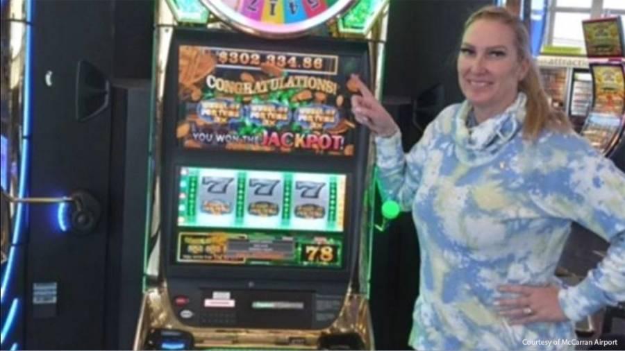 Gana mujer 300 mil dólares en máquina tragamonedas en aeropuerto de Las Vegas