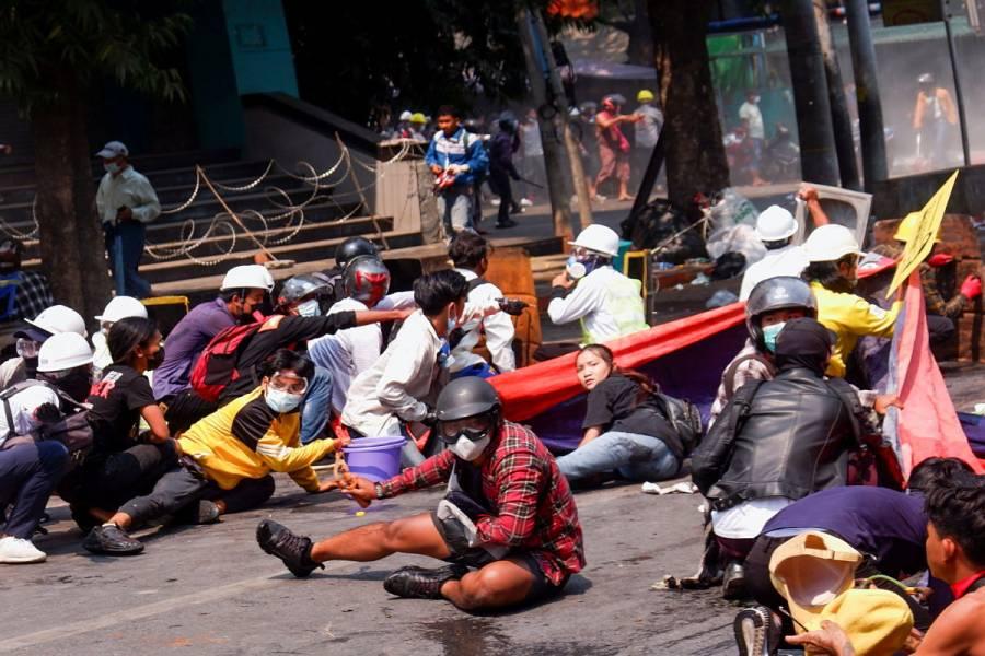 Policía de Birmania abre fuego contra manifestantes; reportan al menos 9 muertos