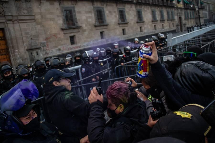 AI: frenan protestas de mujeres con violencia