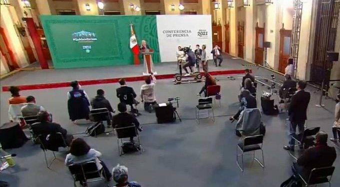 """Reportero se postra frente a AMLO durante la """"mañanera"""""""