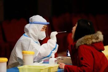 Pruebas anales de China por COVID-19 molestan a visitantes
