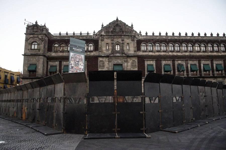 Blindan Palacio Nacional con vallas metálicas previo a marcha por el Día de la Mujer