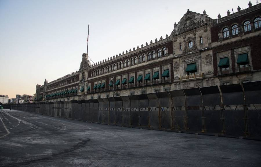 Como #LaMurallaChaira, bautizan en redes las vallas de protección en Palacio Nacional