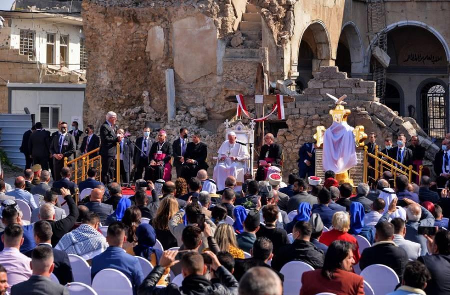 El Papa Francisco escucha sobre la vida bajo el Estado Islámico