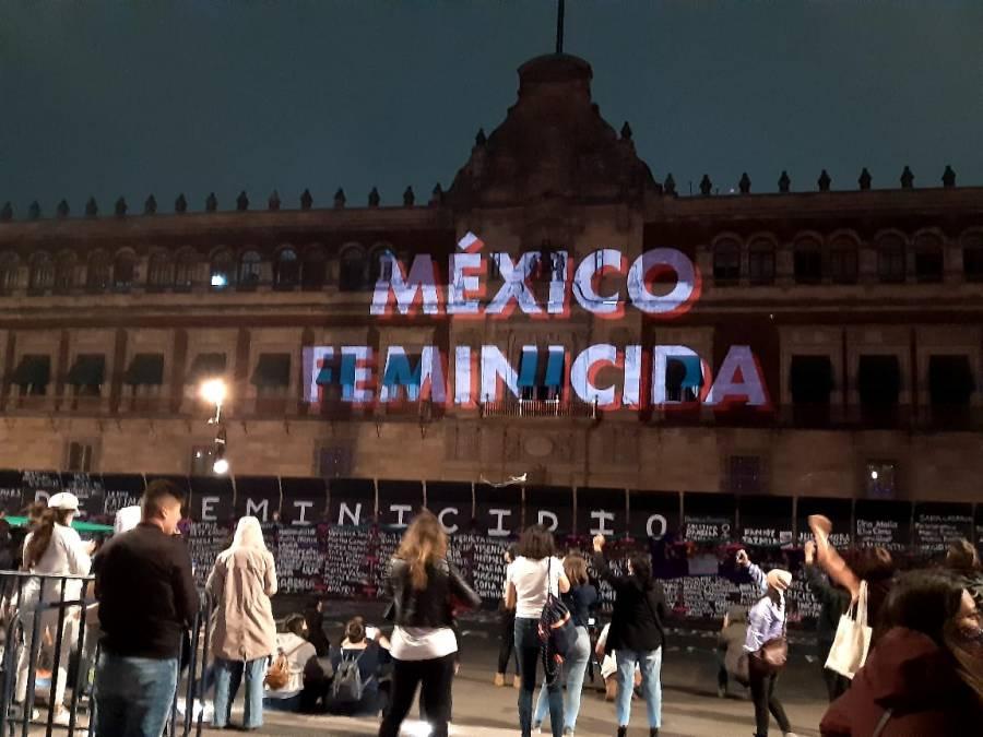 Proyectan consignas feministas en fachada de Palacio Nacional