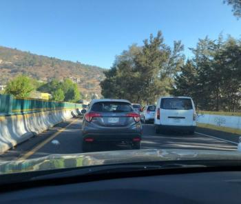 Reportan cierre en la México-Cuernavaca por camión de carga volcado