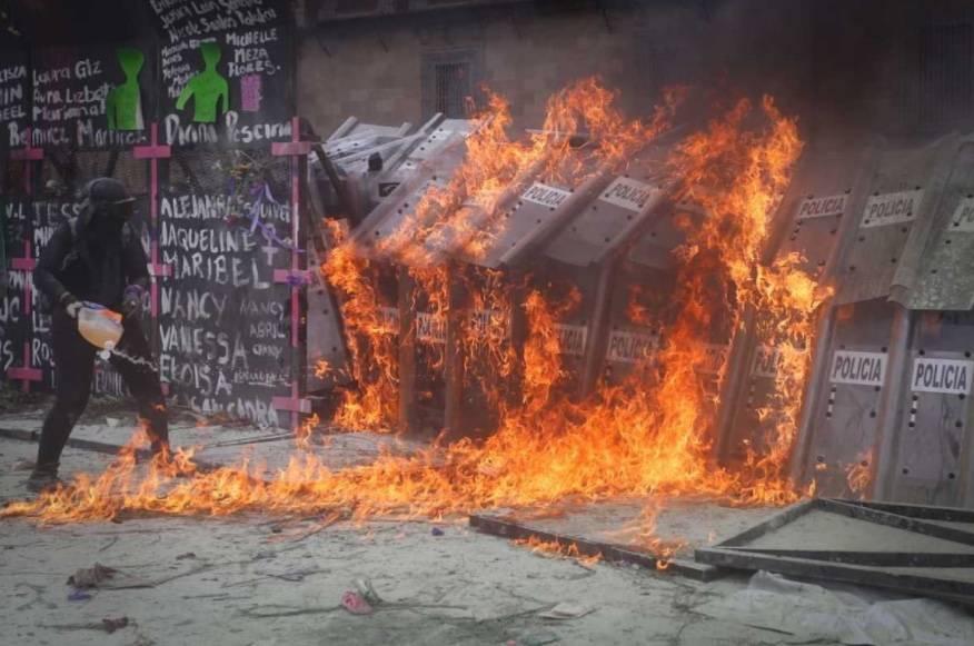 Feministas prenden fuego a policías en las vallas de Palacio Nacional