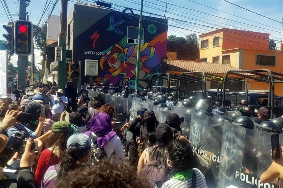 Blindan casa de Gobierno del Edomex por marcha del 8M