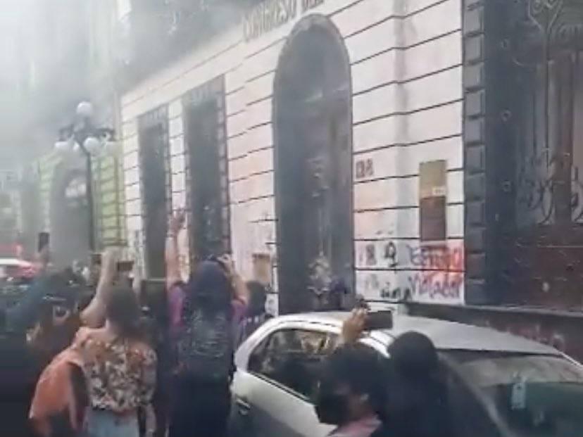Realizan protestas en Puebla; supuestas feministas vandalizan