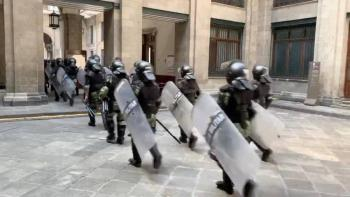 """Mujeres contra el """"Muro de la paz"""" de AMLO, policía militar arriba a Palacio Nacional"""