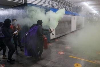 Mujeres vandalizan entrada del Metro Hidalgo
