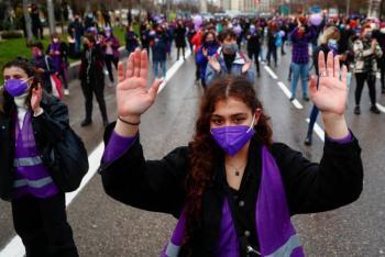 Pese a restricciones, feministas marchan en Madrid
