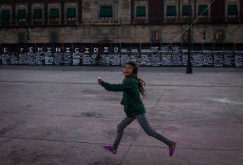 "Viral: Niña frente ""Muro de la paz"" en Palacio Nacional"
