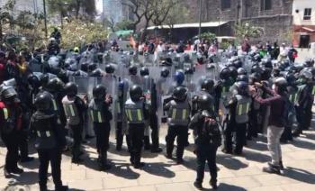 Policías encapsulan a feministas en Paseo de la Reforma e Hidalgo