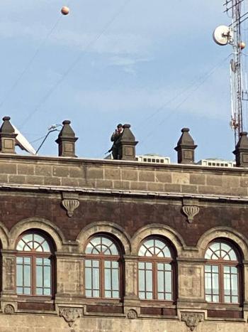 Reportan en redes sociales personas armadas en el techo de Palacio Nacional