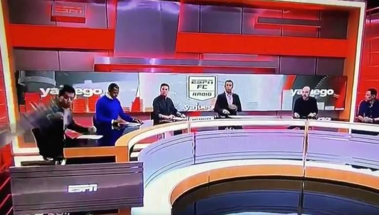 En programa en vivo, estructura aplasta a conductor de ESPN Colombia
