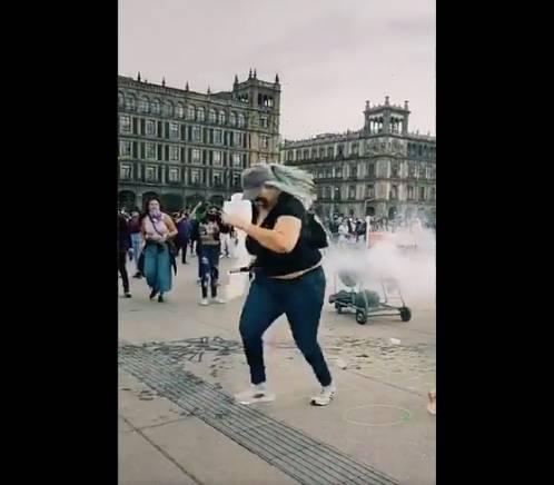 """Celebran acción de """"La Reinota"""" en redes sociales; regresó una bomba de humo a policías el 8M"""