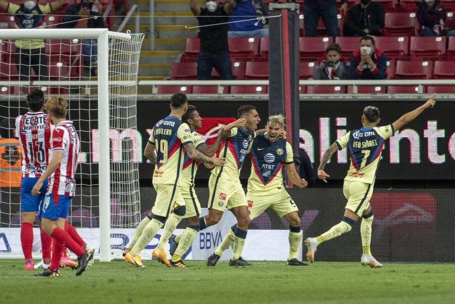 El Club America goleó a las Chivas en el clásico nacional