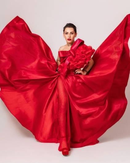 Tiktoker Kunno, luce con vestido rojo en los Grammys