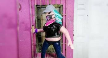 """Elaboran piñata de """"La Reinota"""", pero no está de acuerdo"""