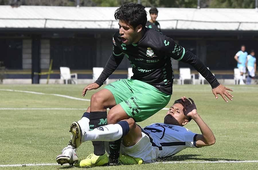 Defensa de los Pumas suspendido por lesionar a jugador del Santos