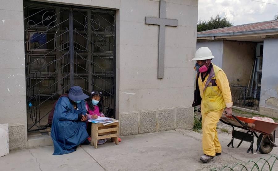 Niña boliviana toma clases virtuales en cementerio