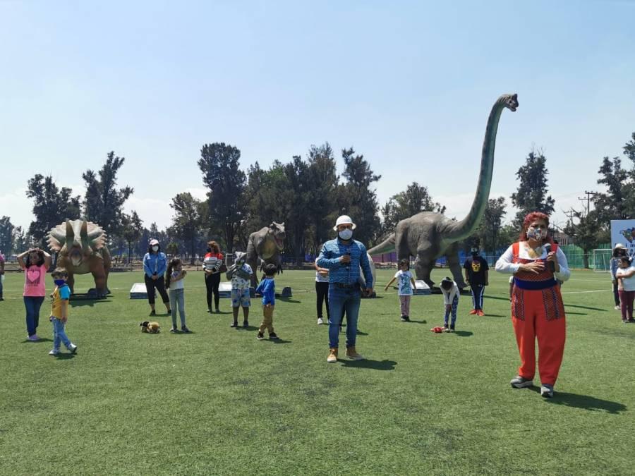 Llegan los primeros dinosaurios del parque Iztapasauria a la utopía Santa Cruz