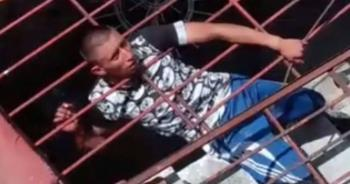VIDEO: Ladrón queda atorado al asaltar una casa en Michoacán; policías lo rescatan