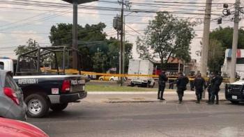 VIDEO: Conductor atropella a sus asaltantes en Guadalajara; uno pierde la vida