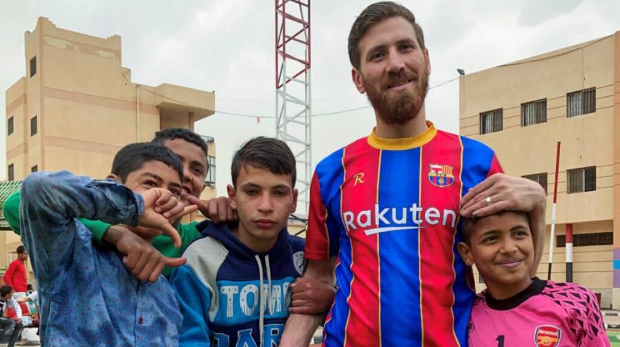 El doble de Messi emociona a huérfanos en Egipto