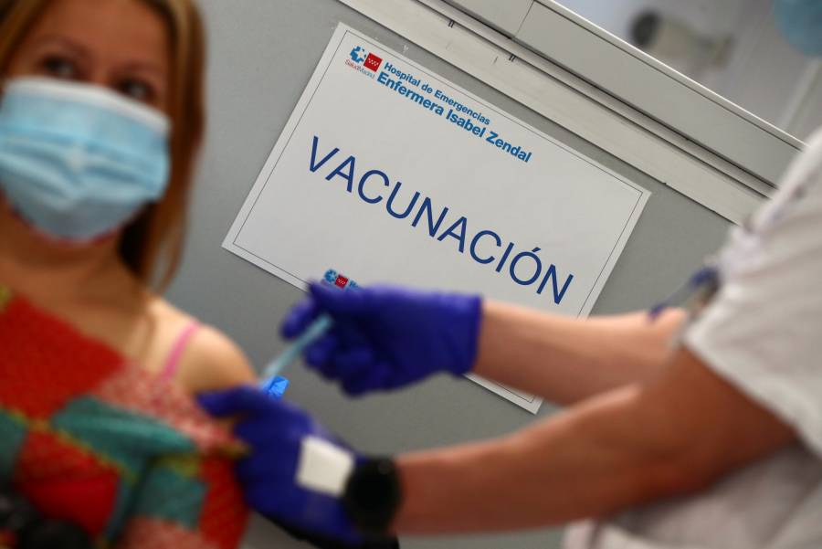 Reanuda España vacunación con dosis de AstraZeneca
