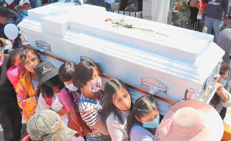 Niñas cargan féretro de Wendy Yoselin, amiga de 16 años asesinada en Xonacatlán, Edomex