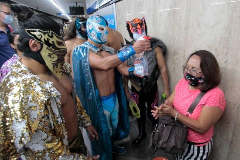 Luchadores recorren el Metro para verificar el uso correcto del cubrebocas