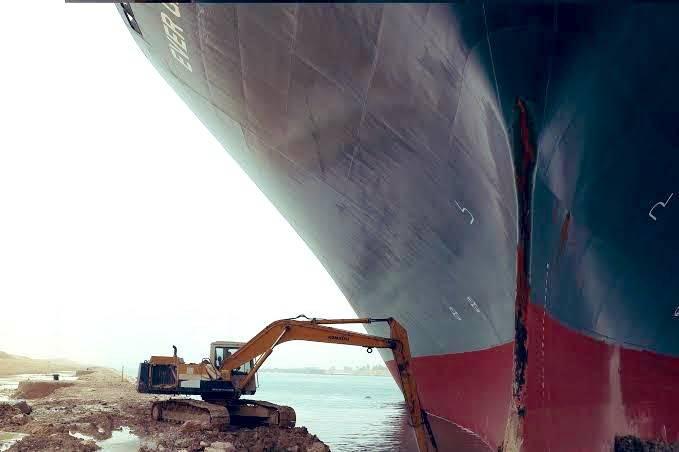 Siguen sin éxito trabajos para desencallar buque y liberar el canal de Suez
