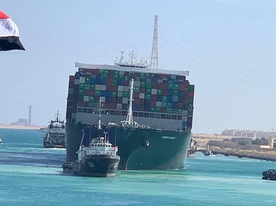 Tráfico en Canal de Suez se reanuda tras reflotar barco atrapado