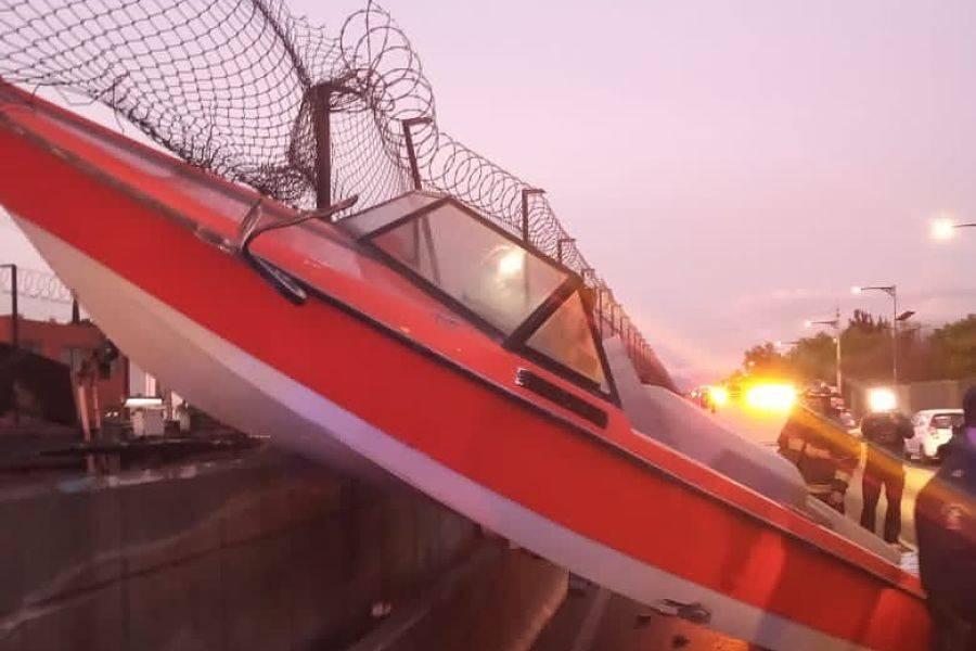 ¡Es real! Lancha se incrusta en malla que protege las vías del Metro