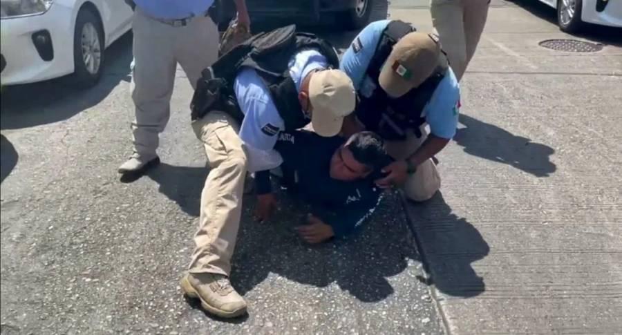 Policías de Acapulco someten a un hombre