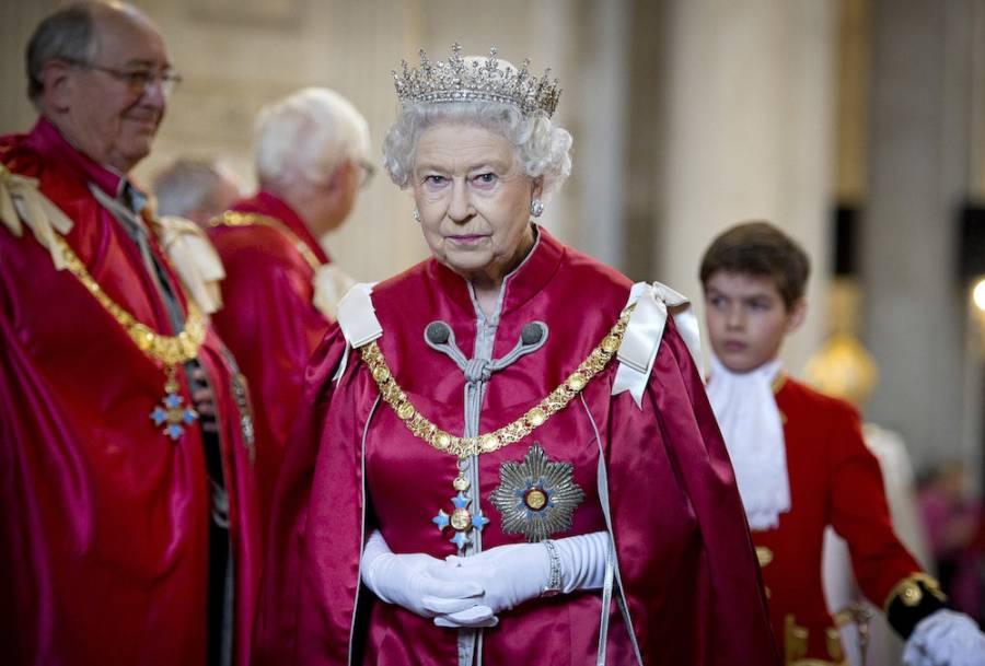 La reina Isabel II se reúne con pilotos que