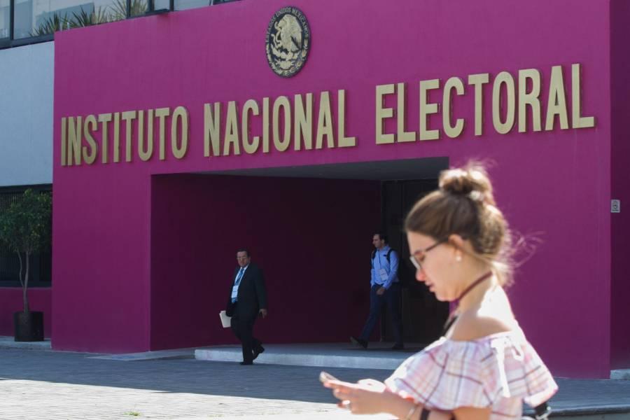 """Académicos, escritores, periodistas y políticos de oposición piden """"frenar ataques"""" contra el INE"""