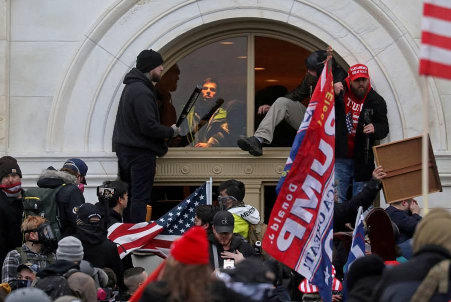 Dos policías del Capitolio demandan a Donald Trump por violencia del 6 de enero