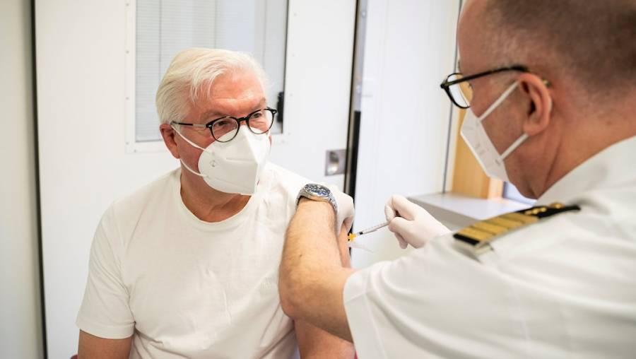 El presidente de Alemania se vacunó con AstraZeneca