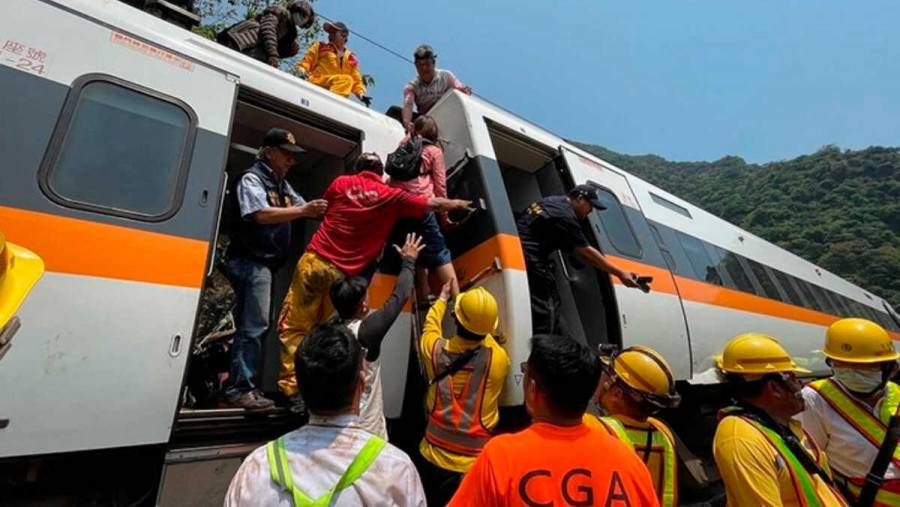 Al menos 48 muertos es el saldo del choque entre un camión y un tren en Taiwan